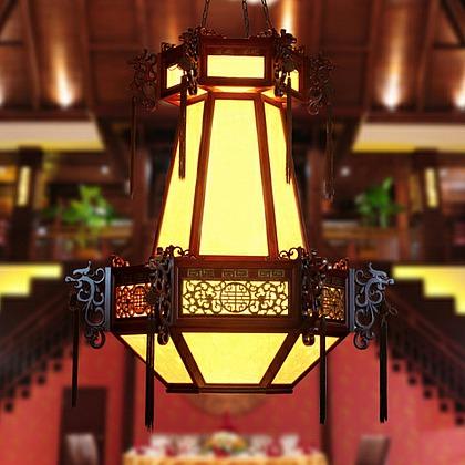 木制雕刻镂空的灯外架,羊皮纸灯罩是中式灯具传统的材质,在灯架的外围