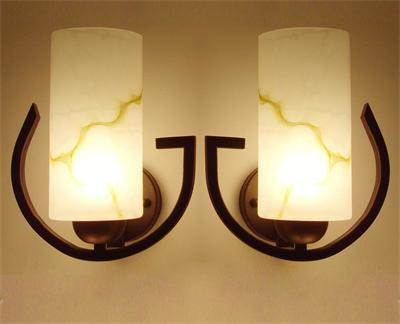在一般大房间里,可以安装双头壁灯,小房间内则可安装单头壁灯.图片