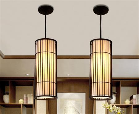 在 新中式吊灯中,少不了木质与丝绸或纸质相结合的灯饰,营造出